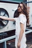 Muchacha del adolescente en el vestido blanco debajo del viento de la fan Fotografía de archivo libre de regalías