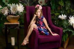 Muchacha del adolescente en guirnalda de la flor Imagen de archivo