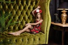 Muchacha del adolescente en guirnalda de la flor Imagen de archivo libre de regalías
