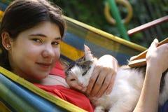 Muchacha del adolescente en hamaca con cierre del gato encima de la foto del verano Imagen de archivo