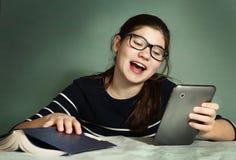 Muchacha del adolescente en juego online del juego de los vidrios de la miopía Foto de archivo libre de regalías