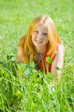 Muchacha del adolescente en la hierba de prado Fotos de archivo libres de regalías