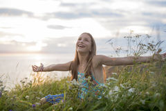 Muchacha del adolescente en la puesta del sol en el lado del mar Imágenes de archivo libres de regalías