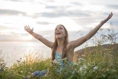 Muchacha del adolescente en la puesta del sol en el lado del mar Imagen de archivo