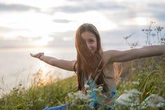 Muchacha del adolescente en la puesta del sol en el lado del mar Fotografía de archivo libre de regalías