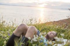 Muchacha del adolescente en la puesta del sol en el lado del mar Fotos de archivo libres de regalías