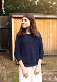 Muchacha del adolescente en la yarda del verano del país Foto de archivo