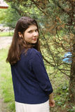 Muchacha del adolescente en la yarda del verano del país Imagen de archivo libre de regalías