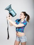 Muchacha del adolescente en pantalones cortos del dril de algodón y emociones expresas de una camisa de tela escocesa diversas co Imagen de archivo