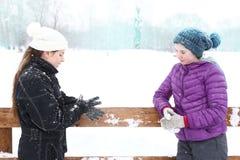 Muchacha del adolescente en pista de hielo del invierno en sombreros y chaquetas hechos punto del amanecer Imagen de archivo libre de regalías