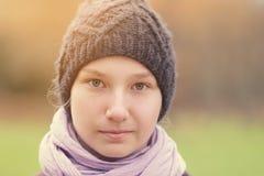 Muchacha del adolescente en retrato al aire libre hecho punto del sombrero Foto de archivo