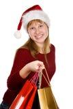 Muchacha del adolescente en sombrero de la Navidad con los bolsos de compras Fotos de archivo