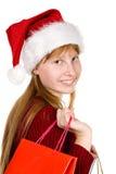 Muchacha del adolescente en sombrero de la Navidad con los bolsos de compras Imagen de archivo