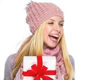 Muchacha del adolescente en sombrero y bufanda del invierno con la presentación de la caja Imagen de archivo