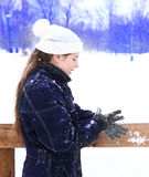 Muchacha del adolescente en sombrero y manoplas hechos punto Fotografía de archivo libre de regalías