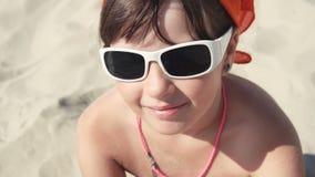 Muchacha del adolescente en sonrisa de las gafas de sol almacen de metraje de vídeo