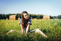 Muchacha del adolescente en un campo del otoño con la pila del heno Imagen de archivo libre de regalías