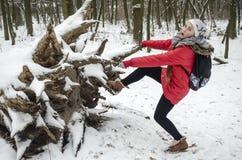 Muchacha del adolescente en una chaqueta roja brillante del invierno Fotografía de archivo libre de regalías