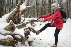 Muchacha del adolescente en una chaqueta roja brillante del invierno Imagen de archivo