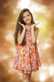 Muchacha del adolescente en una sonrisa colorida del vestido del color Imágenes de archivo libres de regalías