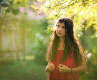Muchacha del adolescente en vestido rosado de la moda del verano en fondo verde del país del jardín Fotos de archivo libres de regalías