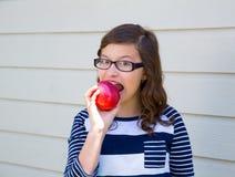 Muchacha del adolescente feliz comiendo una manzana Fotografía de archivo libre de regalías