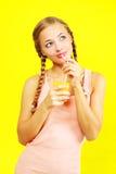Muchacha del adolescente que bebe el zumo de naranja Imagen de archivo