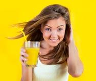 Muchacha del adolescente que bebe el zumo de naranja Foto de archivo libre de regalías