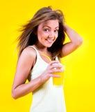 Muchacha del adolescente que bebe el zumo de naranja Imagen de archivo libre de regalías