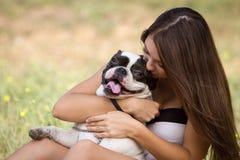 Muchacha del adolescente que besa su perrito Imagen de archivo