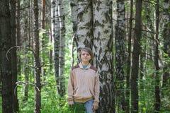 Muchacha del adolescente que coloca el abedul cercano en el bosque en el día de verano, retrato Fotos de archivo