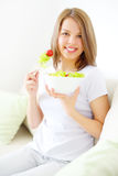Muchacha del adolescente que come la ensalada Imágenes de archivo libres de regalías