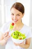 Muchacha del adolescente que come la ensalada Imagen de archivo libre de regalías