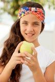Muchacha del adolescente que come una manzana Imágenes de archivo libres de regalías