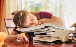 Muchacha del adolescente que duerme en los libros Fotografía de archivo libre de regalías