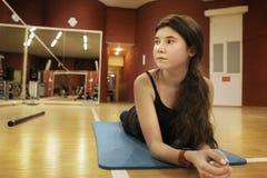 Muchacha del adolescente que ejercita en gimnasio Fotos de archivo libres de regalías