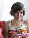 Muchacha del adolescente que escucha la música Fotos de archivo