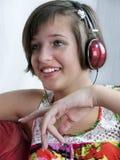 Muchacha del adolescente que escucha la música Imágenes de archivo libres de regalías