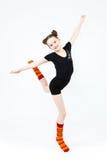 Muchacha del adolescente que hace danza de la gimnasia en el salto en un blanco Fotos de archivo libres de regalías