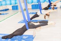 Muchacha del adolescente que hace estirar y la guita, yoga aérea Fotos de archivo libres de regalías