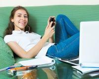 Muchacha del adolescente que hace la preparación Fotografía de archivo libre de regalías