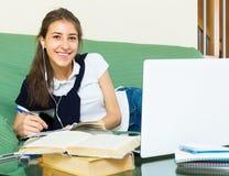 Muchacha del adolescente que hace la preparación Fotografía de archivo