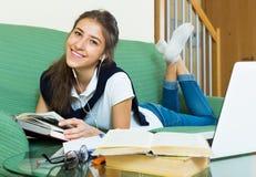Muchacha del adolescente que hace la preparación Imagen de archivo