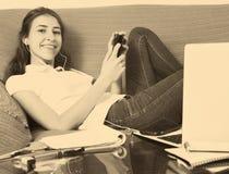 Muchacha del adolescente que hace la preparación Fotos de archivo libres de regalías