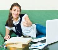 Muchacha del adolescente que hace la preparación Imagenes de archivo
