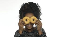 Muchacha del adolescente que juega con los anillos de espuma Imagen de archivo libre de regalías