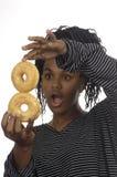 Muchacha del adolescente que juega con los anillos de espuma Foto de archivo libre de regalías
