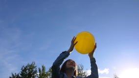 Muchacha del adolescente que juega con una bola amarilla en parque del verano Imágenes de vídeo HD metrajes