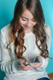 Muchacha del adolescente que juega en su teléfono Imagen de archivo