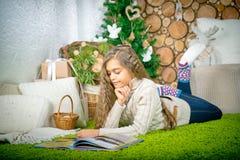 Muchacha del adolescente que lee un libro Fotos de archivo